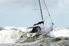 В сильный шторм на яхте